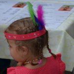 Kind mit Indianerkopfschmuck Wakatanka Rahmenprogramm Basteln