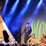 Wakatanka Aufführung Tipi und Sänger auf Bühne