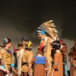 Wakatanka Aufführung Häuptling in Gruppe Kinder