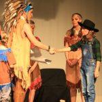 Wakatanka Aufführung Häuptling schließt Frieden mit Cowboy