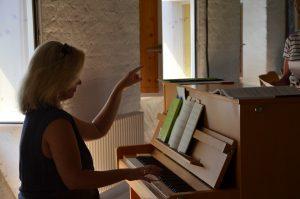 Stefanie Fersch zeigt Tonhöhe auf Chorprobe