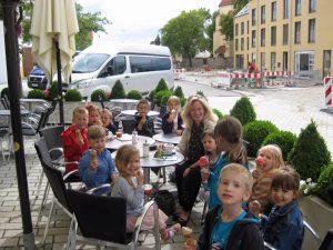 Kinderchor Sänger essen Eis