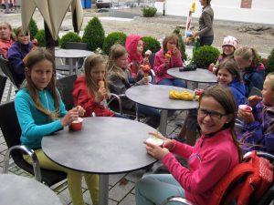 Kinderchor Sänger essen Eis 2