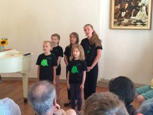 Fünf Sängerinnen beim Auftritt