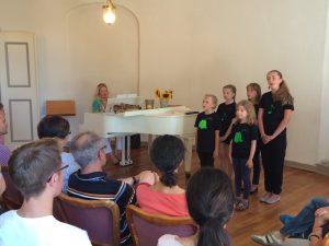Fünf Sängerinnen Kinder Jugendliche Konzert