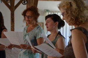 Drei Sängerinnen während der Probe