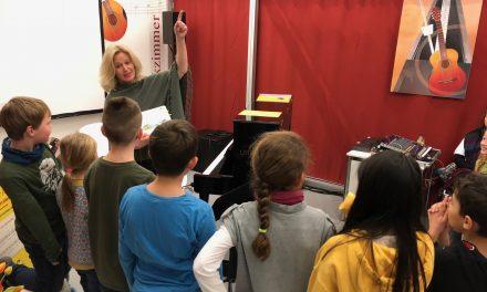 Kinder singen mit dem Singfrosch auf der Leipziger Buchmesse