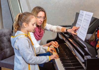 Klavier spielen lernen Kind