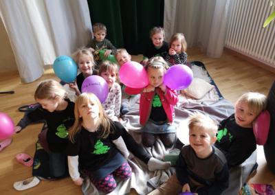Singfroschtag Gruppe mit Luftballons_